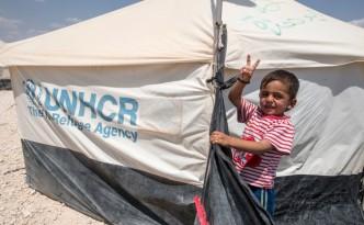 Bild av pojke vid tält från UNHCR. Källa: http://www.mynewsdesk.com/se/sverigeforunhcr/images/pojke-paa-flykt-fraan-syrien-i-familjetaelt-366721